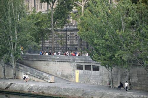 Le peloton arrive Rive Droite au Pont des Arts - Maya Sport - Photo