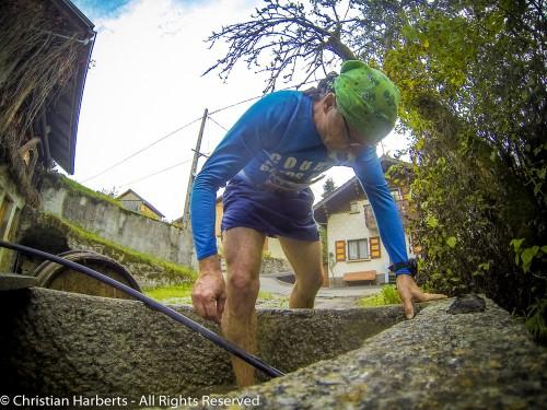EcoTrail du Massif des Brasses 2014 - Un brin de toilette aux Jourdillets pour faire disparaître les traces du dérapage dans l'herbe dans la descente ;-)