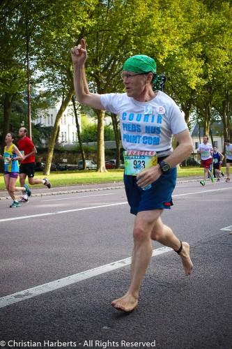 4ième participation pieds nus de Christian Harberts à la course Paris-Versailles 2014