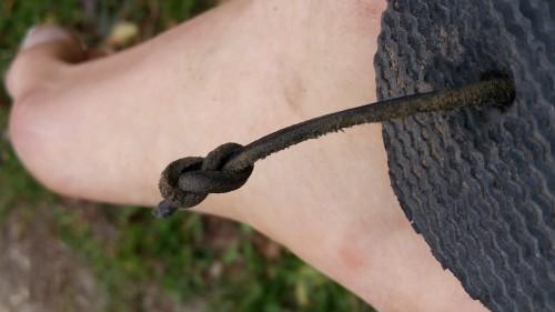 Refaire le nœud en faisant attention à d'abord passer la lanière par le trou.