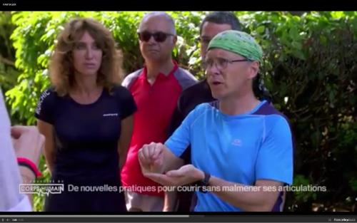 """Adriana Karembeu et Michel Cymès apprennent la course pieds nus avec Christian Harberts pour """"Les incroyables pouvoirs du corps humain""""."""